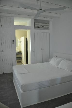 Nefeli Sunset Studios: View into sleeping area and bath