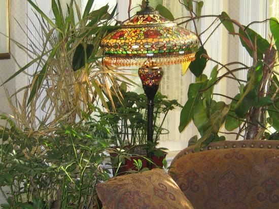 Auberge The King Edward Bed and Breakfast: One of the beautiful Tiffany Lamps