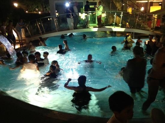 Festa in piscina tutti si tuffano vestiti che allegria for Piscina riccione