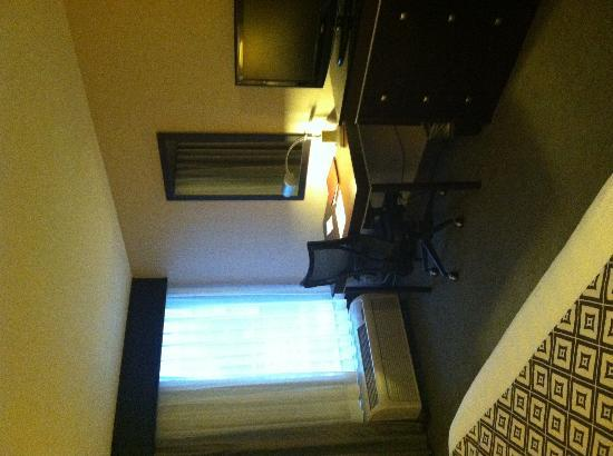 Wyndham Garden Lafayette: Room towards window overlooking pool.