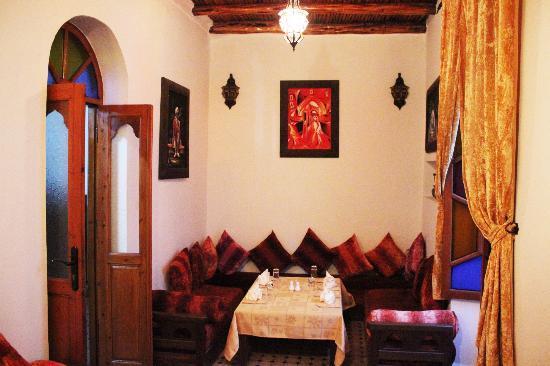 Salon marocain rouge avec toi de thuya - Picture of Restaurant Des ...