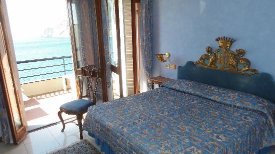 Hotel Porto Roca: Room vith balcony and seawiew