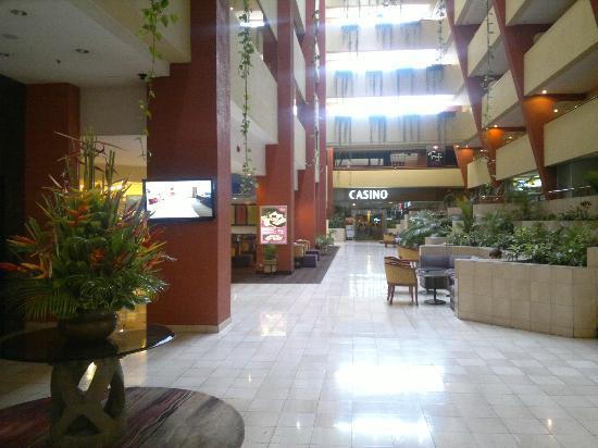 Crowne Plaza Hotel Corobici: Main Hall and casino entrance at the end.