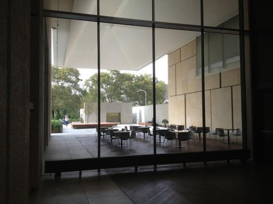 The Barnes Foundation: exterior dining space