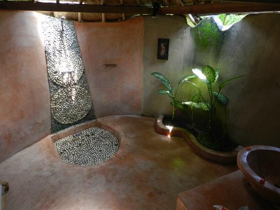 "Swasti Eco Cottages: Bathroom of traditional Javanese bungalow ""Komang"""