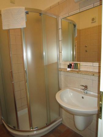 Waschbecken und dusche bild von hotel galileo prague for Hotel galileo prague tripadvisor