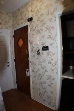 Midwood Suites: Entry