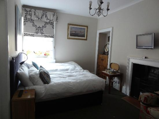 The Henry Guest House: two twin beds with fireplace