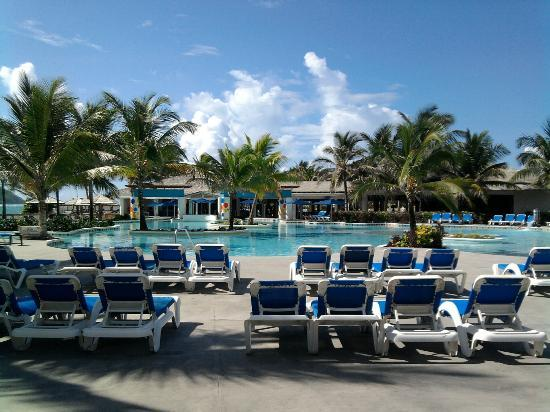 Coconut Bay Beach Resort & Spa: Common area pool and swim up bar