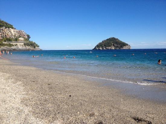 l\'isola di Bergeggi di fronte ai bagni - Picture of Spiaggia Nel Blu ...