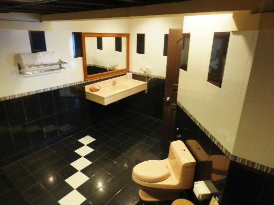 Parai Beach Resort & Spa: ビーチバンガロー内のバスルーム