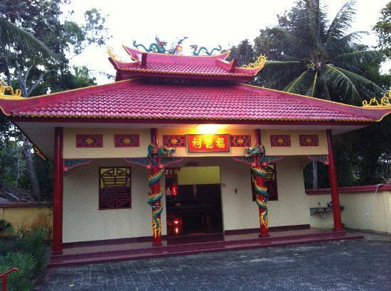 Parai Beach Resort & Spa: 敷地内にお寺があります
