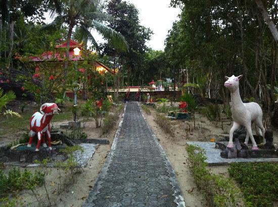 Parai Beach Resort & Spa: お寺に続く道には干支を模った人形が配置されてます