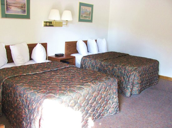 Golden Eagle Inn: Two Queen Beds