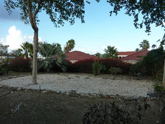 Livingstone Jan Thiel Resort: Zicht vanuit het appartement, erg kaal