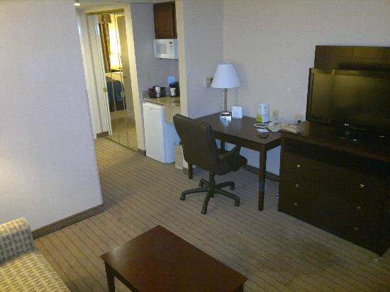 Holiday Inn Overland Park-Conv Ctr: Working desk at the living room.