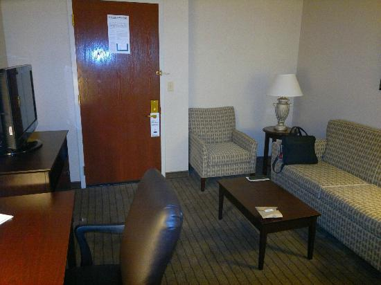 Holiday Inn Overland Park-Conv Ctr: Livingroom with 2nd flat screen TV