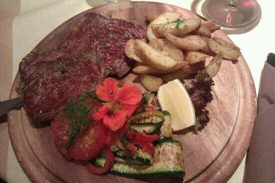 Restaurant Picknick: costata di manzo con verdure (il fiore si mangia e ha un gusto leggero di ravanello)