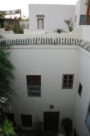 Riad Le Coq Fou: Riad coq fou - main patio and room du ciel