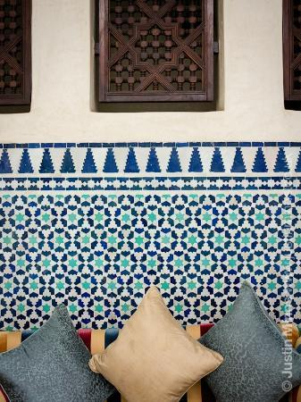 Riad Kniza: Seating by the pool