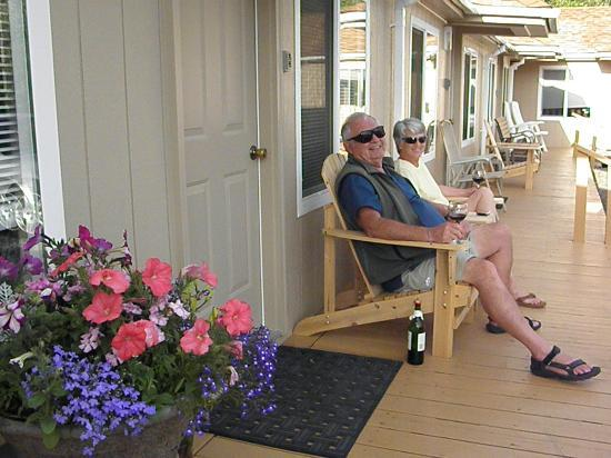 Sea Haven Motel: Relax on the deck and make new friends.