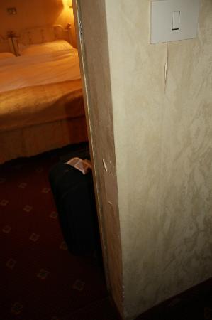 Hotel Daniela : Papier arraché