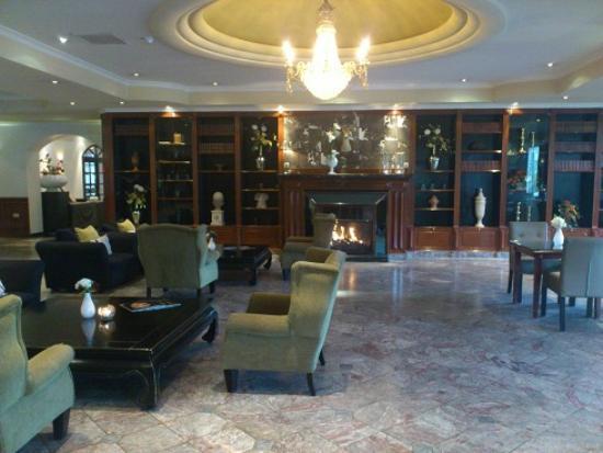 Van der Valk Hotel: Lounge im Eingangbereich incl. Kamin