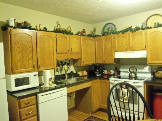 Little Main Street Inn: Fully stocked kitchen