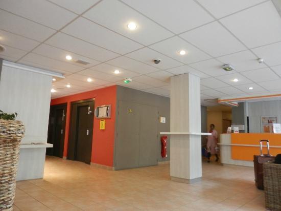 Premiere Classe Roissy - Villepinte - Parc Des Expositions: Elevators near reception area