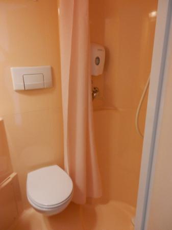 Premiere Classe Roissy - Villepinte - Parc Des Expositions: Toilet/Shower area