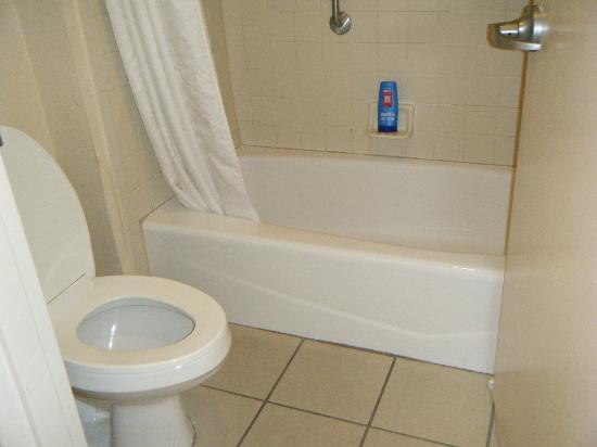 Holiday Inn & Suites Across from Universal Orlando: Basic, small bathroom