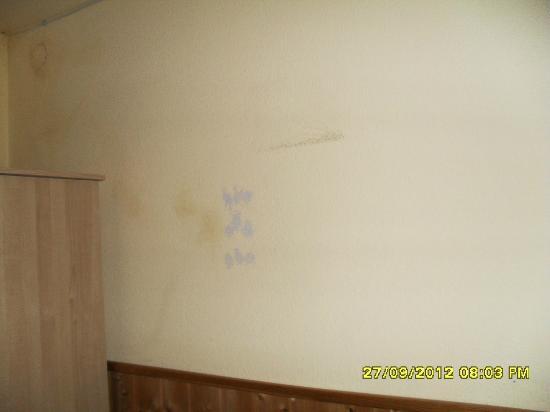 Pension zur Rose: Verschmutzte Wände