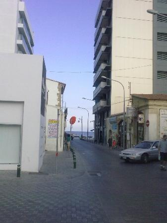 Livadhiotis City Hotel: The way to the beach 