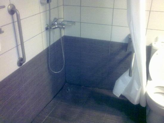 Livadhiotis City Hotel: The bathroom (room 113) 