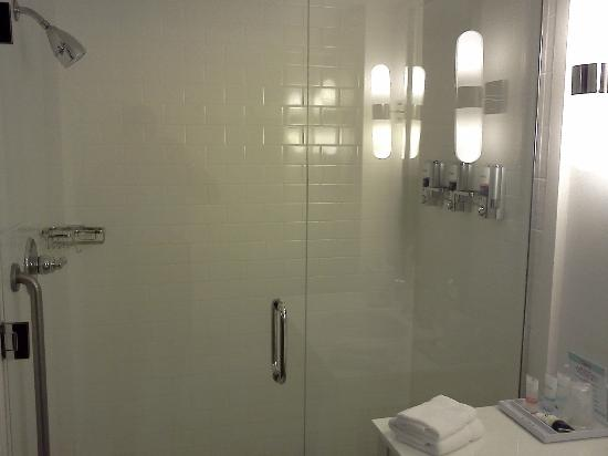 Four Points by Sheraton Ontario-Rancho Cucamonga: Bathroom Shower