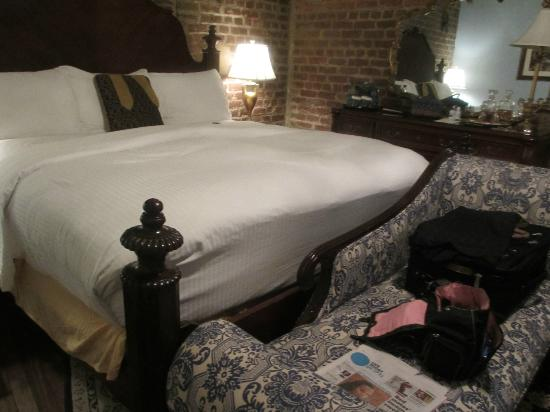 The Vendue Charleston's Art Hotel: bed