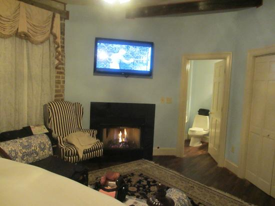 The Vendue Charleston's Art Hotel: Room 251 - Junior Suite with Fireplace!