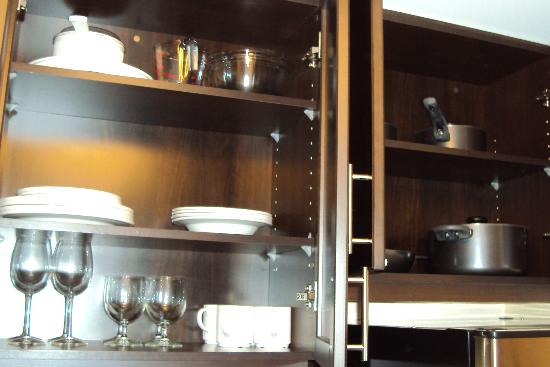 TownePlace Suites Mississauga-Airport Corporate Centre: Kitchen-Stocked cabinets