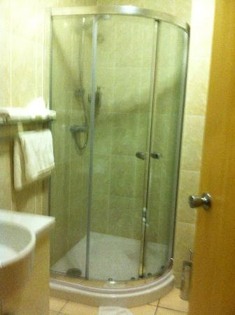Cambridge Hotel: Clean bathrom