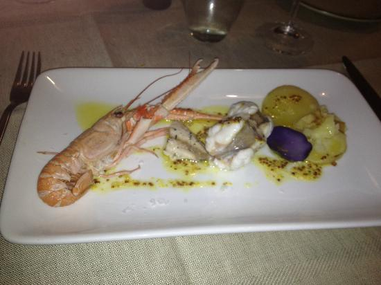 Osteria la Botte Vagliagli: fish and seafood dish with mustard sauce and purple potatoes