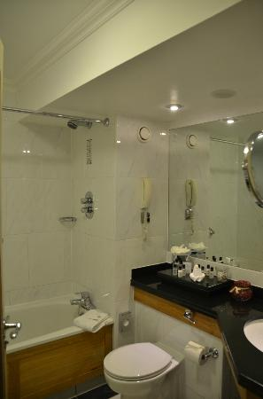 Brooks Hotel: Bathroom of the room