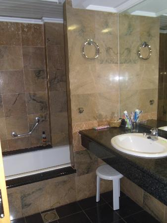 Hotel Marina Resort Benidorm : our bathroom,bigger then our kitchen
