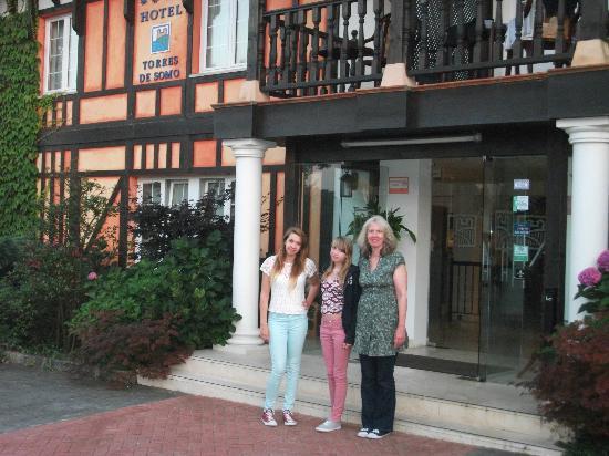 Hotel Torres de Somo: Outside the main entrance