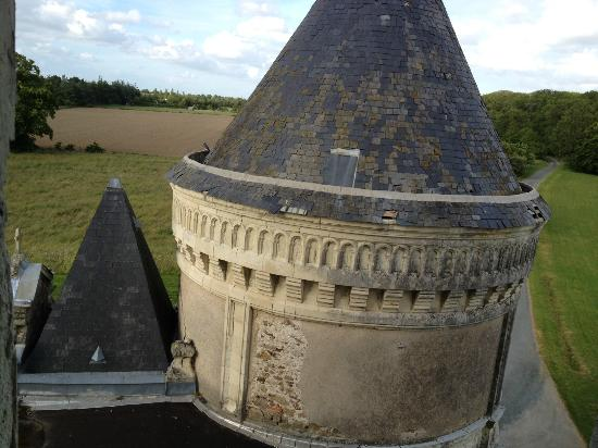 Chateau de La Tremblaye : vue de la suite sur le donjon
