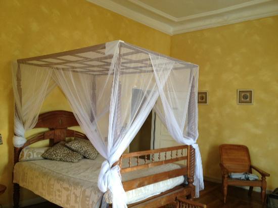 Chateau de La Tremblaye: lit en baldaquin