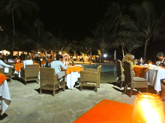 Sultan Sands Island Resort: dining around the pool