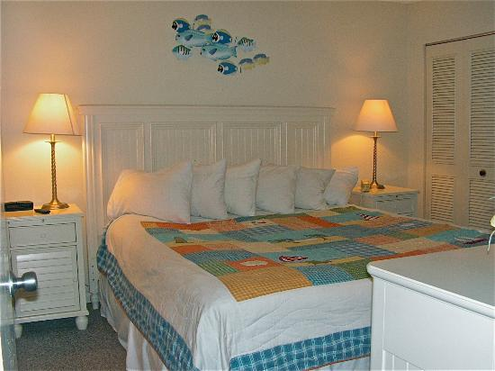 The Breakers at Fort Walton Beach: Cute decor and comfy king mattress