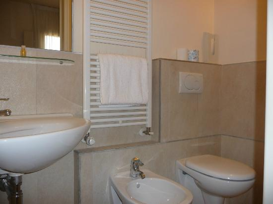Hotel Albergo Atlantic: Single room's bathroom