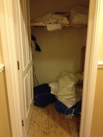 The Glebe Hotel: Open linen cupboard in corridor