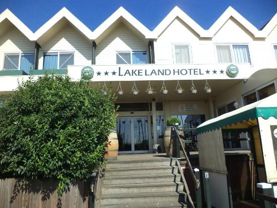 Lake Land Hotel: Front of hotel (faces water)